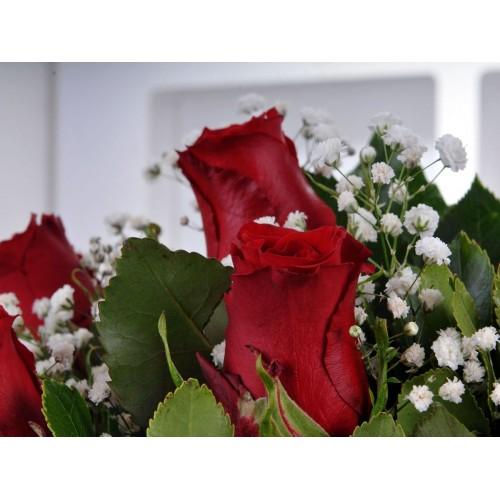 Bir Tutam Aşk 7 Kırmızı Gül Çiçek Arajmanı